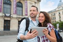 Pares jovenes de los turistas que visitan la ciudad Fotografía de archivo libre de regalías