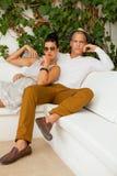 Pares jovenes de moda elegantes Foto de archivo libre de regalías