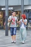 Pares jovenes de moda en área de compras, Pekín, China Imagenes de archivo