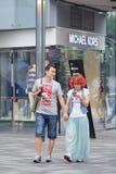 Pares jovenes de moda en área de compras, Pekín, China Imagen de archivo libre de regalías