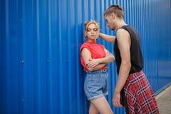 Pares jovenes de moda Muchacho y muchacha en estilo deportivo Imagen de archivo libre de regalías