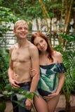 Pares jovenes de pronto a ser padres en el bosque tropical Imagenes de archivo