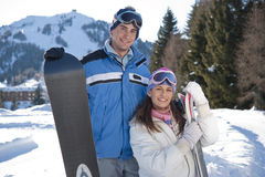 Pares jovenes de snowboarders Fotografía de archivo libre de regalías