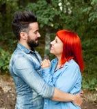 Pares jovenes del abarcamiento de los amantes Foto de archivo