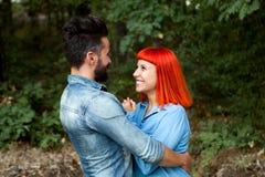 Pares jovenes del abarcamiento de los amantes Imagen de archivo