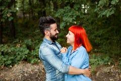 Pares jovenes del abarcamiento de los amantes Imagen de archivo libre de regalías