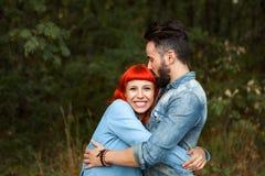 Pares jovenes del abarcamiento de los amantes Fotos de archivo