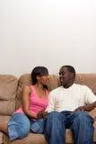 Pares jovenes del afroamericano en su sala de estar Fotos de archivo libres de regalías
