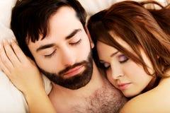 Pares jovenes del amor en cama Fotos de archivo