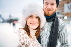 Pares jovenes del amor, selfie en pista de patinaje Imágenes de archivo libres de regalías