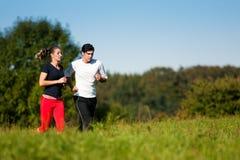 Pares jovenes del deporte que activan al aire libre en verano Fotografía de archivo