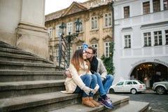 Pares jovenes del inconformista con besarse del café, abrazando en ciudad vieja Imagen de archivo