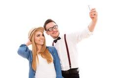 Pares jovenes del inconformista que hacen un selfie Fotos de archivo libres de regalías