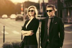 Pares jovenes del negocio de moda que caminan en la calle de la ciudad fotografía de archivo libre de regalías