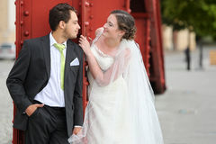 Pares jovenes después de casarse cara a cara Imágenes de archivo libres de regalías