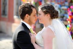 Pares jovenes después de casarse en un abrazo Fotografía de archivo libre de regalías