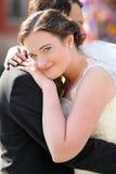Pares jovenes después de casarse en un abrazo fotografía de archivo