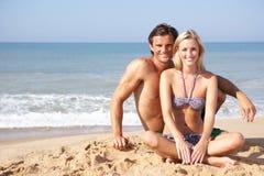 Pares jovenes el día de fiesta de la playa Foto de archivo libre de regalías