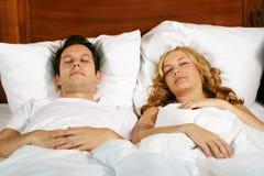 Pares jovenes el dormir Fotografía de archivo libre de regalías