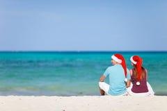 Pares jovenes el vacaciones de la playa de la Navidad Fotos de archivo