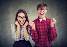 Pares jovenes emocionados que parecen emocionados fotografía de archivo