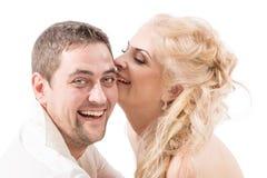 Pares jovenes en abrazos y risas del amor imagen de archivo libre de regalías
