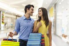 Pares jovenes en alameda de compras Foto de archivo