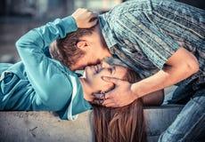 Pares jovenes en amor Foto de archivo
