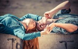 Pares jovenes en amor Fotografía de archivo