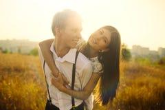 Pares jovenes en amor Imágenes de archivo libres de regalías