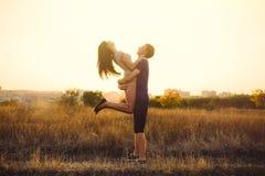 Pares jovenes en amor Foto de archivo libre de regalías