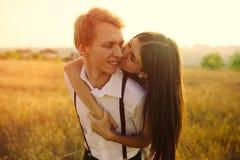 Pares jovenes en amor Imagen de archivo libre de regalías