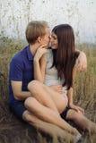 Pares jovenes en amor Fotos de archivo libres de regalías