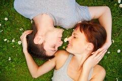 Pares jovenes en amor al aire libre Foto de archivo
