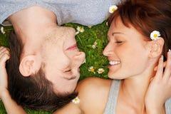 Pares jovenes en amor al aire libre Fotografía de archivo