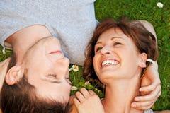 Pares jovenes en amor al aire libre Imagenes de archivo