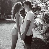 Pares jovenes en amor al aire libre Foto de archivo libre de regalías