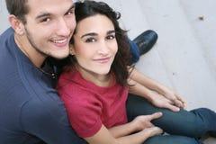 Pares jovenes en amor, al aire libre Foto de archivo