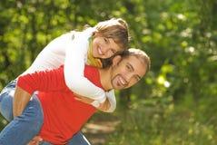 Pares jovenes en amor al aire libre Imagen de archivo
