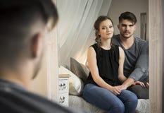Pares jovenes en amor en casa Imagen de archivo