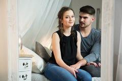 Pares jovenes en amor en casa Foto de archivo libre de regalías