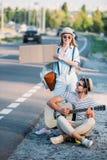 pares jovenes en amor con la cartulina vacía que hace autostop mientras que Imagenes de archivo