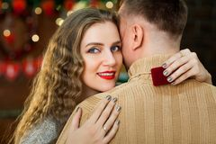 Pares jovenes en amor el día del ` s de la tarjeta del día de San Valentín Fotos de archivo libres de regalías