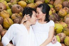 Pares jovenes en amor en el coco Foto de archivo libre de regalías