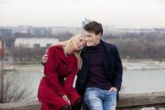 Pares jovenes en amor en el parque Foto de archivo libre de regalías