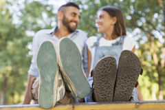 Pares jovenes en amor en el parque Imagen de archivo libre de regalías