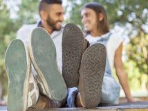 Pares jovenes en amor en el parque Fotografía de archivo libre de regalías