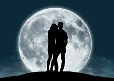 Pares jovenes en amor en la Luna Llena Fotos de archivo