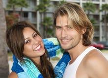 Pares jovenes en amor en la playa Fotos de archivo