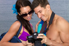 Pares jovenes en amor en la playa Fotos de archivo libres de regalías